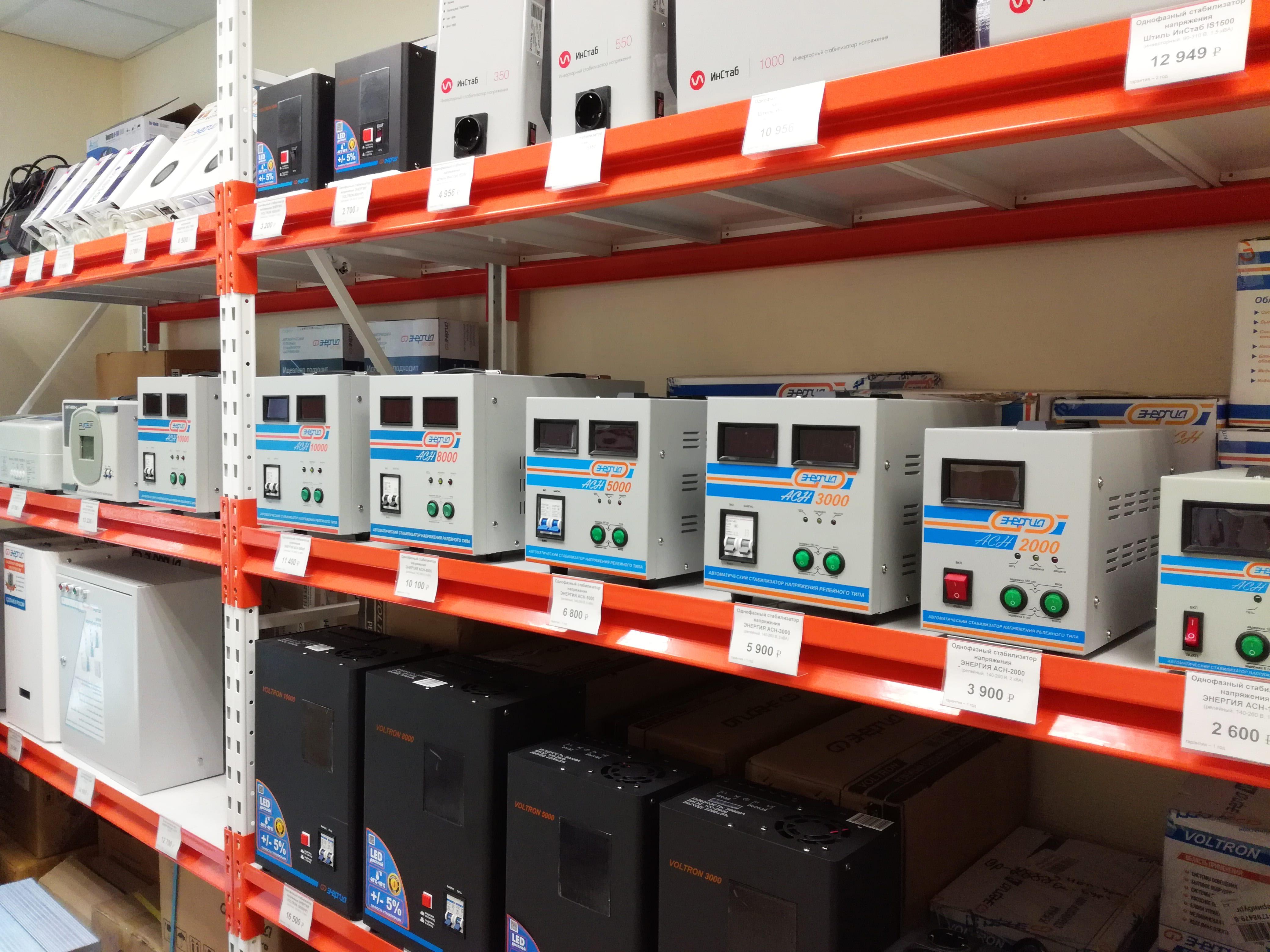 Фото витрины стабилизаторов напряжения в магазине ИБП-Урал